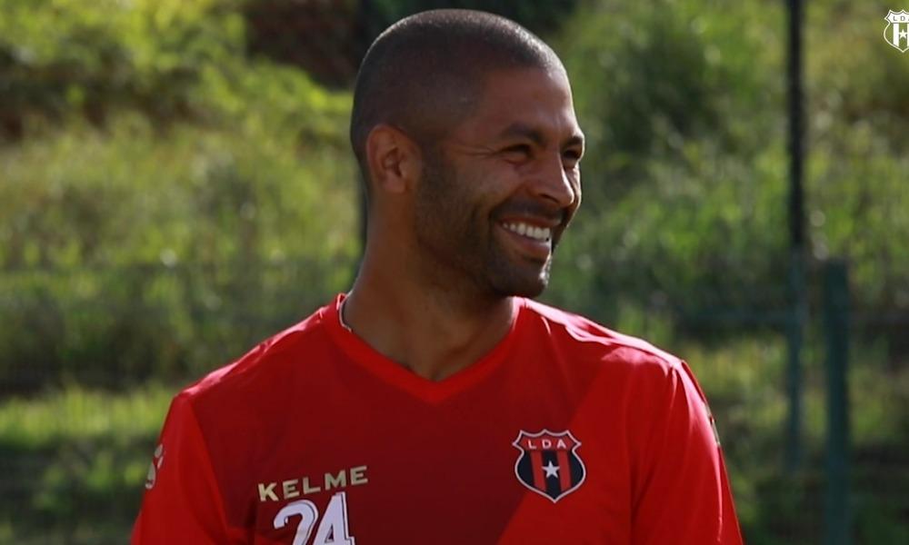 Álvaro Saborío es, por ahora, agente libre, y no da luz sobre su futuro.