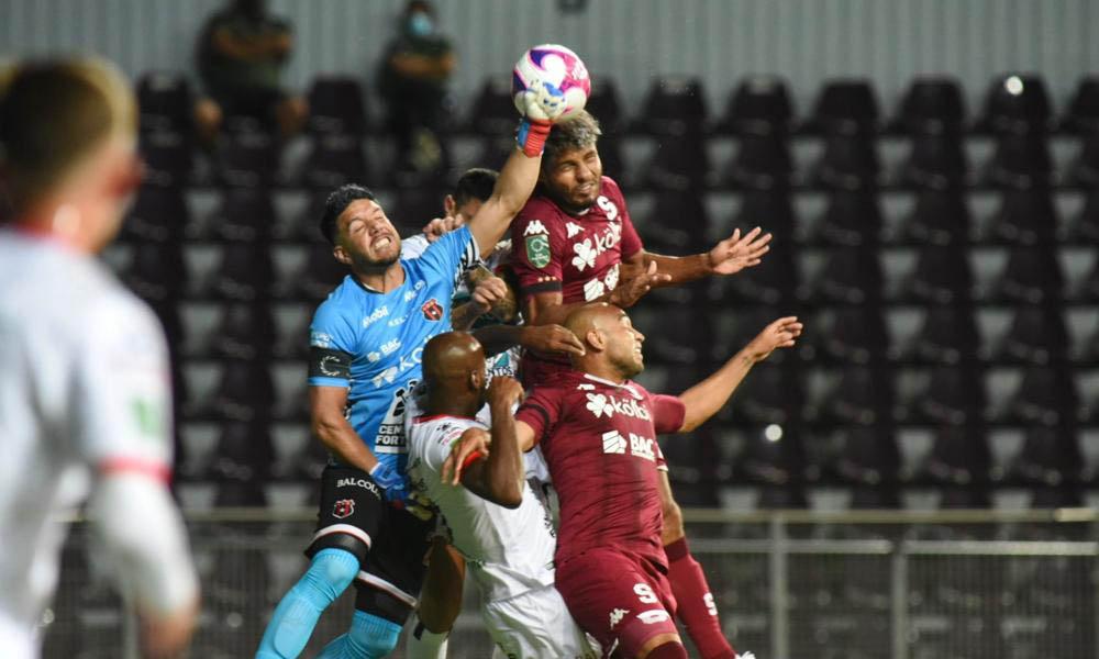 Leonel Moreira podrá jugar el domingo ante Saprissa sin problemas. El Tribunal Disciplinario no adfmtió la queja del Herediano.