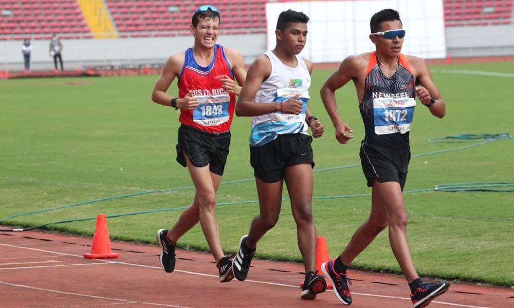 Yeudy Bonilla (atrás) se quedó con el bronce en la prueba de los 10 mil metros marcha.