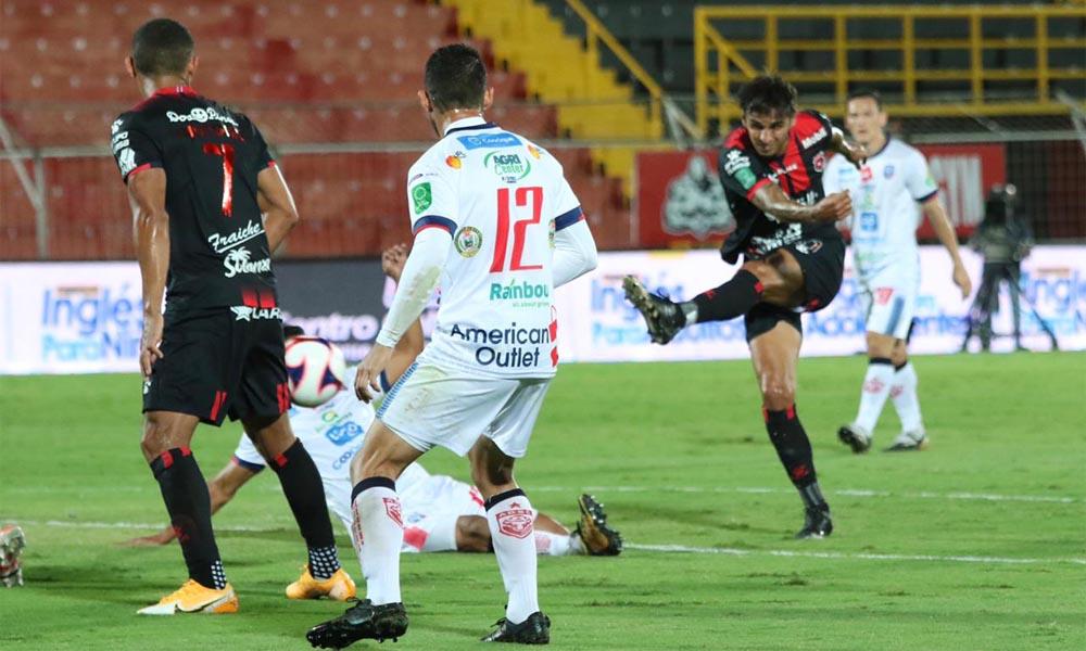 Este disparo de Bryan Ruiz fue bloqueado. Pero, en el cierre del partido, pudo conseguir la anotación del empate para Alajuelense ante San Carlos.