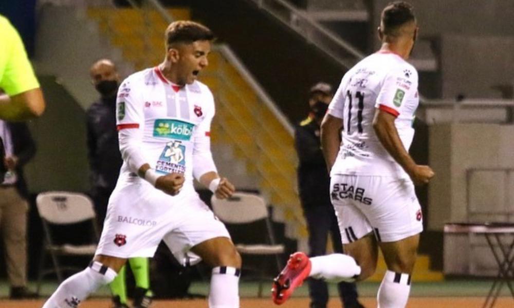 Alex López (11) le dio el empate a Alajuelense ante Herediano, con una gran anotación tras remate de media distancia.