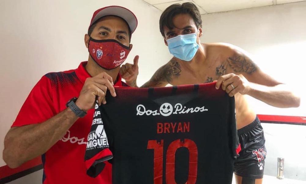 Álvaro Saborío recibió la camiseta de su amigo Bryan Ruiz, después del juego entre Alajuelense y San Carlos.