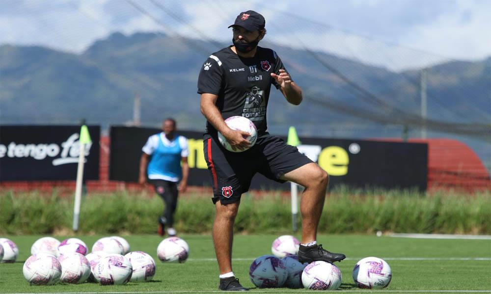 Alajuelense, por ahora, tiene su plantel completo, según el técnico Andrés Carevic.