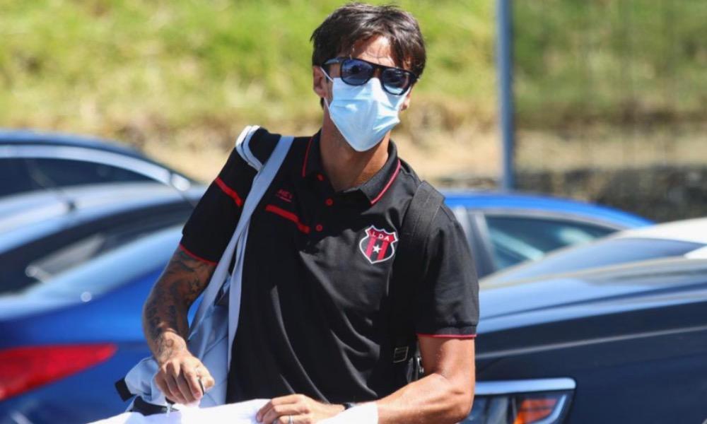 Bryan Ruiz viajó con Alajuelense a Guápiles, para el encuentro de este miércoles, ante Santos.