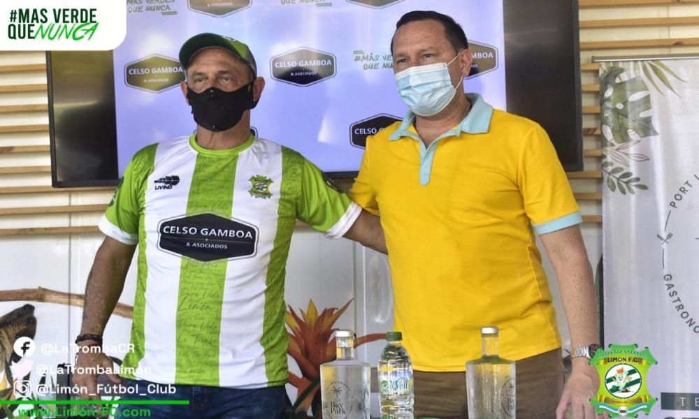Daniel Casas (izquierda) fue oficializado este miércoles como técnico de Limón FC. A su derecha, el presidente del club, Celso Gamboa.