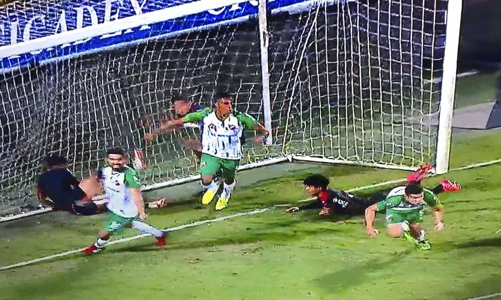 José Alvarado marcó, en esta acción, el segundo tanto para la victoria de Carmelita sobre Escazuceña.