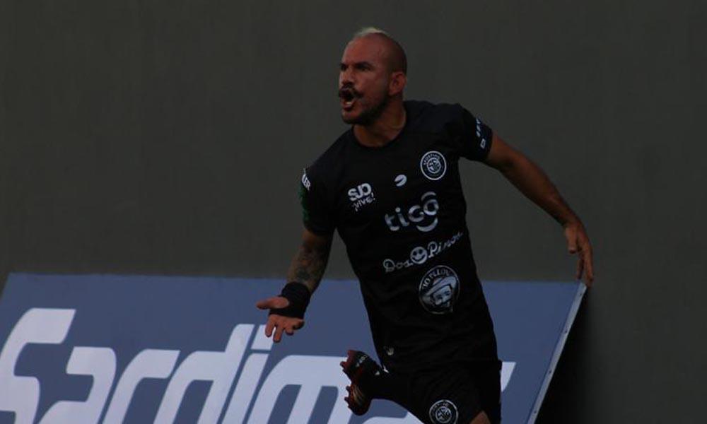Esteban Ramírez gritó su gol con todo. El volante regresó a la actividad con Sporting, tras una salida polémica de San Carlos.