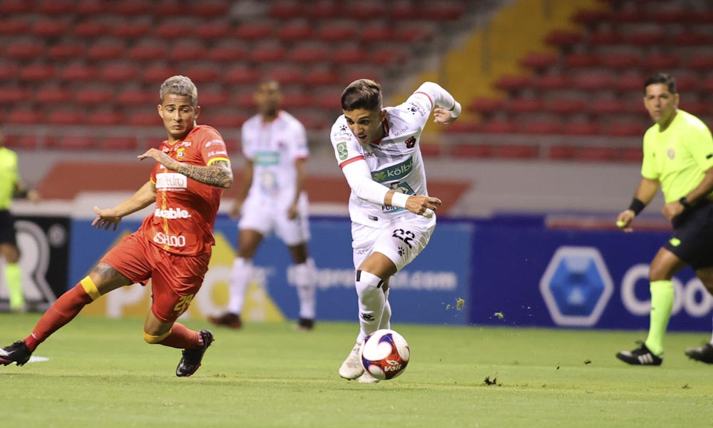 El partido entre Herediano y Alajuelense tuvo muchos tramos de juego de medio campo, que le restó profundidad a los equipos.
