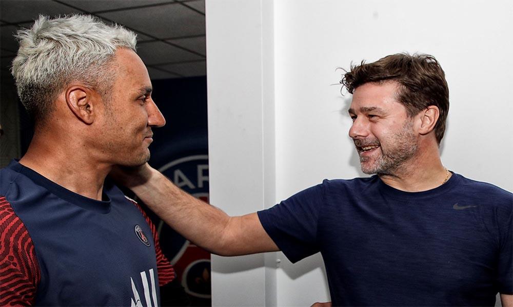 Keylor Navas recibe el saludo de su nuevo técnico, el argentino Mauricio Pochettino, al regresar a los entrenamientos este domingo.