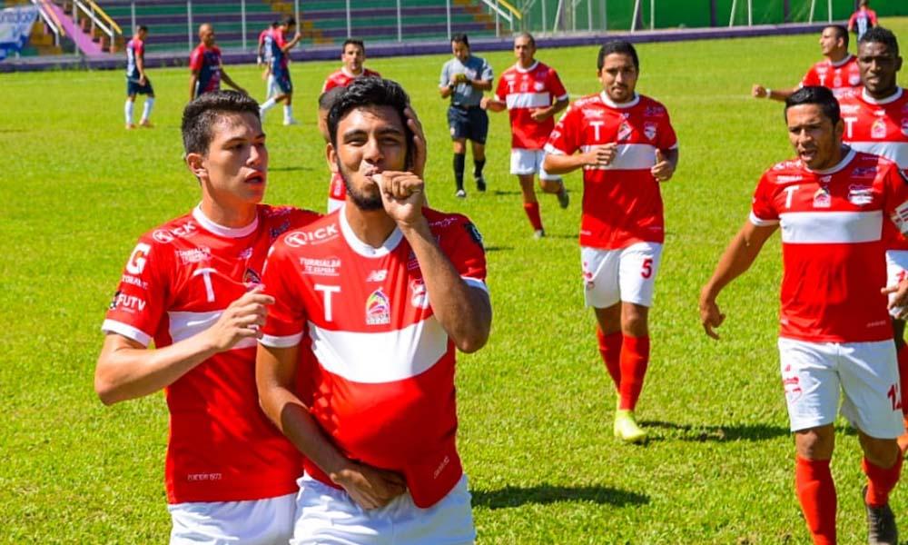 Rodolfo Montiel celebró por partida doble en el empate del Municipal Turrialba ante Barrio México.