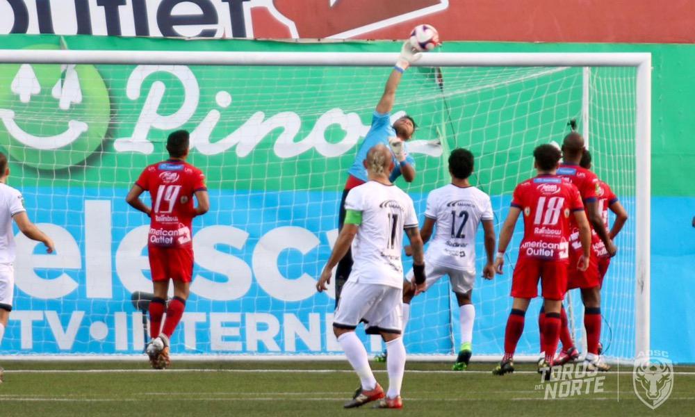 El arquero de Sporting, Carlos Méndez se lució en esta acción para evitar el gol de San Carlos.