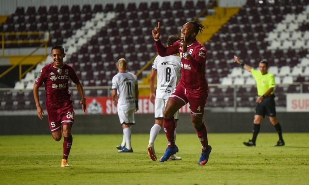 Kendall Waston fue figura clave en la victoria de Saprissa ante Sporting. Marcó su primer gol del torneo.