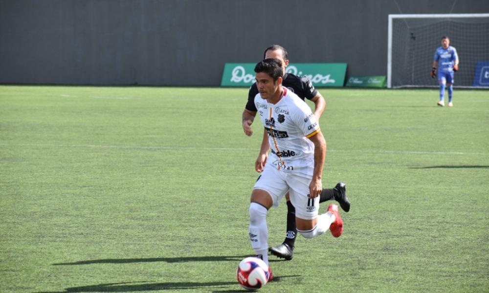 Suhander Zúñiga -al igual que Yael López- no subió mucho en el primer tiempo ante Sporting. Ya en la segunda parte, apareció más en ofensiva.