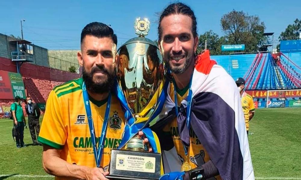Aarón Navarro y Adri´n De Lemus festejaron el título en Guatemala el fin de semana.
