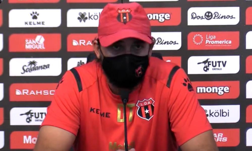 Andrés Carevic, técnico de Alajuelense, sacó tiempo para defender el trabajo de Walter Centeno en el Saprissa.