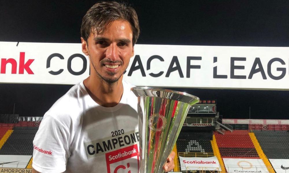 Bryan Ruiz celebró por todo lo alto el título de Liga CONCACAF obtenido por Alajuelense este miércoles.