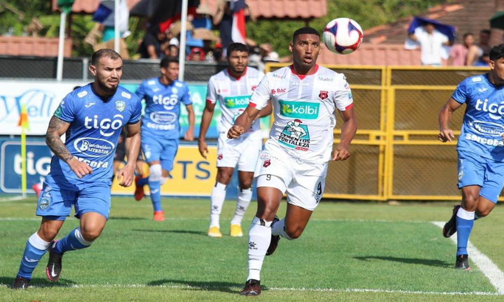 Alajuelense terminó por ceder dos puntos en Jicaral. Masrcel Hernández dse perdió una opción clara en la primera parte, aunque sirvió el gol del empate.