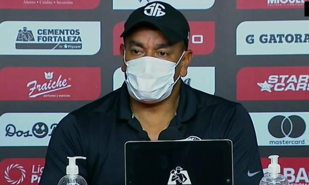 José Giacone, técnico de Sporting, de desilusionó con los errores que cometió su equipo en defensa.