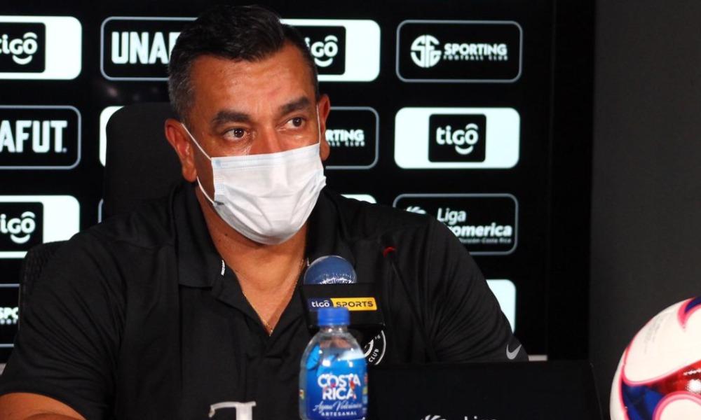 José Giacone, técnico de Sporting, comienza a sentirse perseguido por el arbitraje debido a las expulsiones en su equipo.