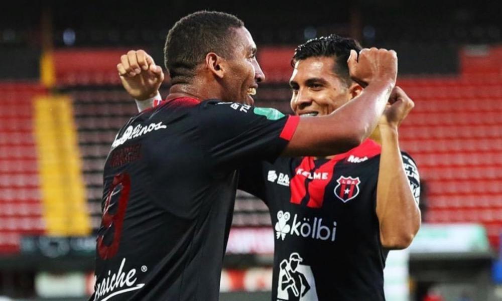 Alonso Martínez celebra con Marcel Hernández el gol del cubano.