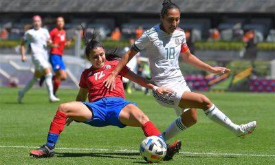 Lixy Rodríguez no pudo controlar aquí a la capitana mexicana, Stephany Mayor, autora del tercer tanto de su equipo.