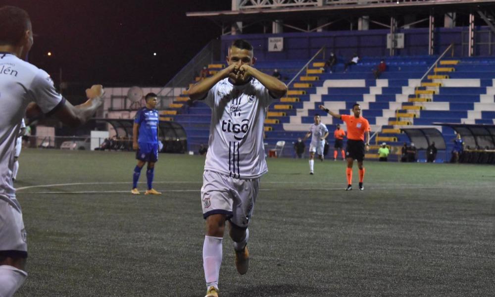 Josimar Pemberton celebra. Acaba de marcar el segundo tanto para un equipo de Guadalupe que fue imparable en el segundo tiempo.