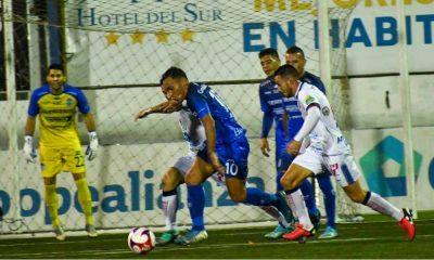 Luis Stwart Pérez no pudo sacar quí el remate. Pérez Zeledón fue persistente en ofensiva, pero no tiene definición.