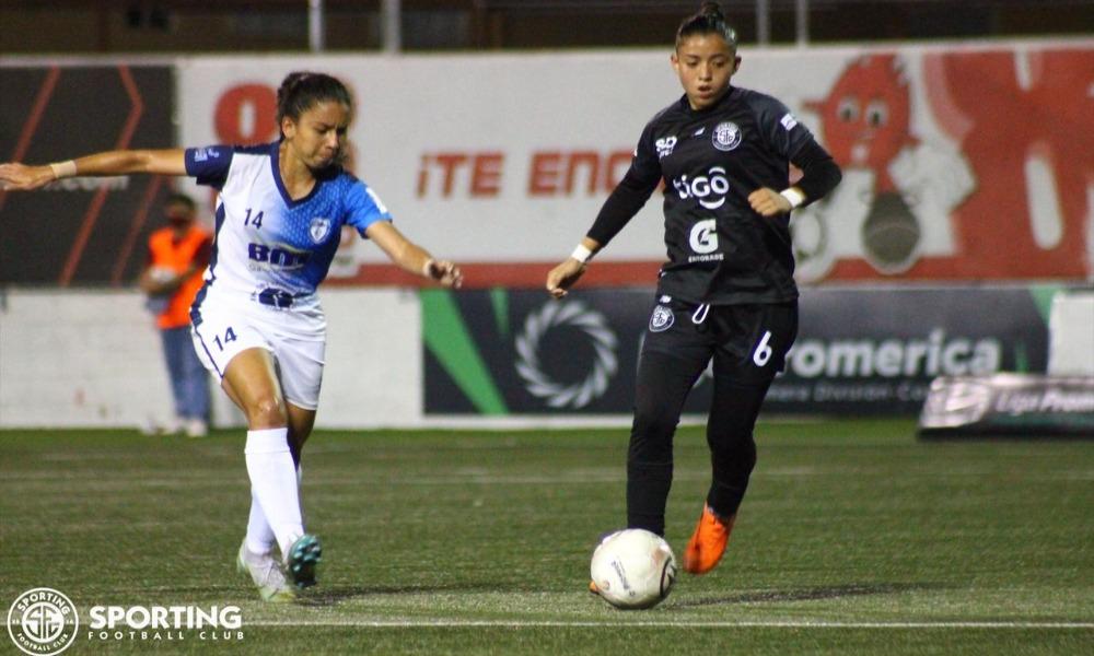 Sharloth Jiménez (14) contra el balón mientras llega a la marca Rachel Montes.