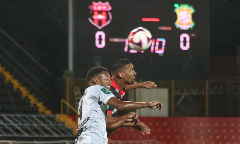 Marcel Hernández no tuvo muchos espacios en el juego de Alajuelense ante Limón. Aquí, compite por el balón con Kareem McLean.