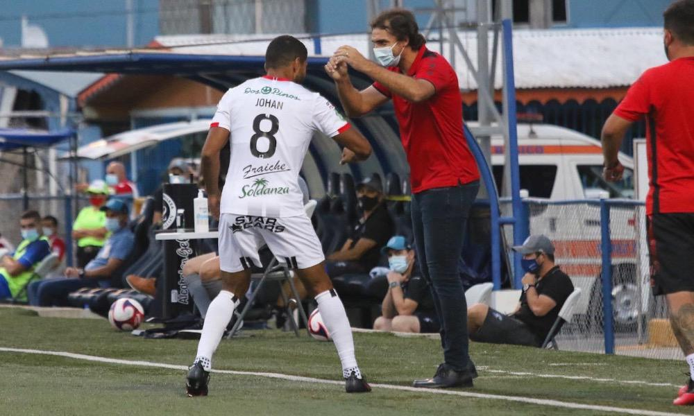 Andrés Carevic, técnico de Alajuelense, celebra con Johan Venegas tras la anotación del delantero.