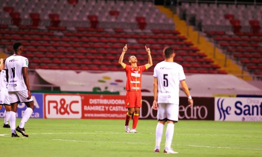 Bryan Rojas de nuevo tuvo su cita con el gol, mientras recibe algunos minutos para tomar ritmo con el Herediano.