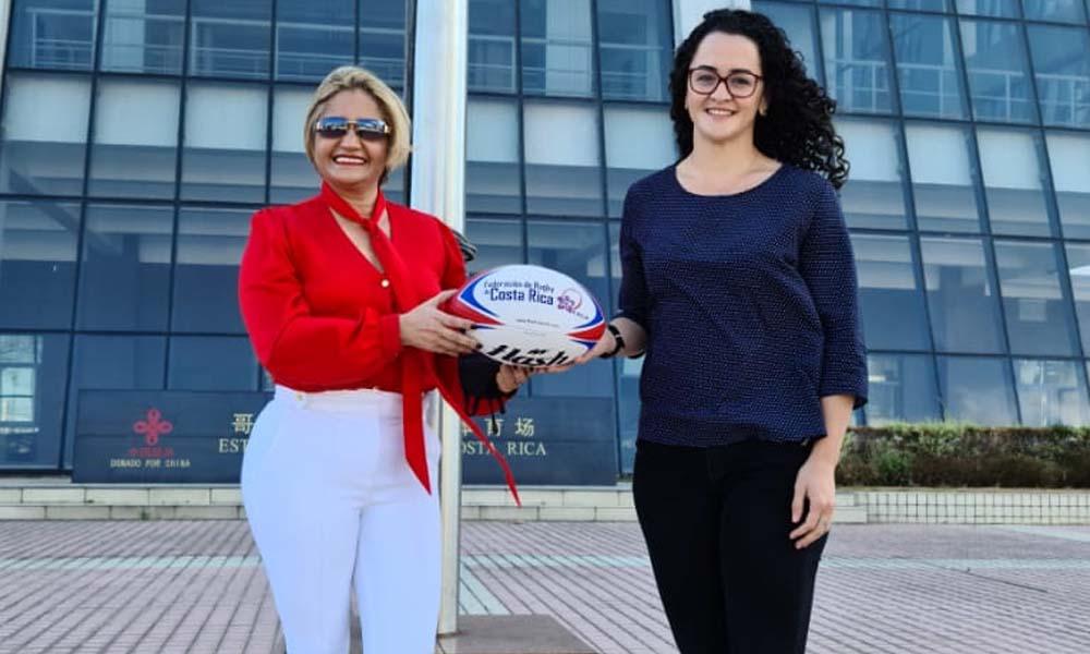 Deuyenit Valenciano (derecha), seleccionada de rugby (derecha) recibió la confirmación de su beca este lunes.