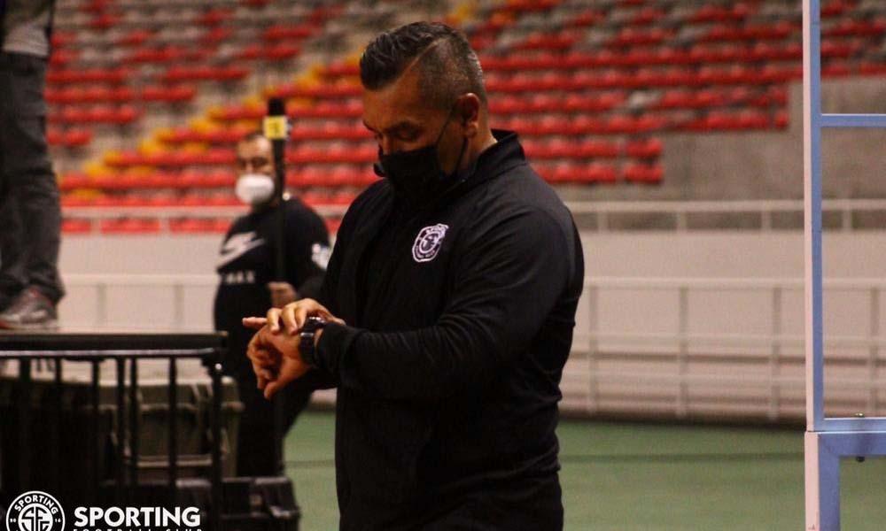 José Giacone, técnico de Sporting, comienza a tirarle a los árbitros por las derrotas del equipo.