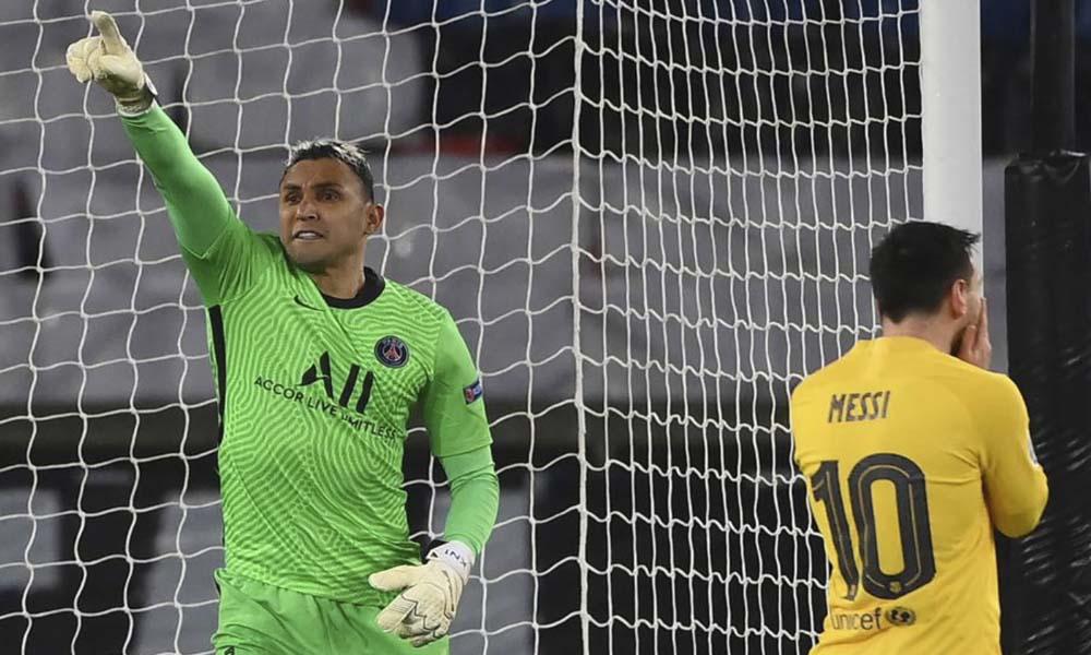Keylor Navas acaba de atajar el penal lanzado por Lionel Messi. El tico fue figuira con el PSG este miércoles.