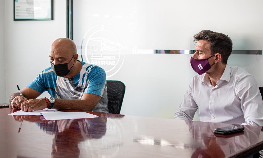 Mauricio Wright firmó el contrato que le presentó el gerente deportivo del Saprissa, Ángel Catalina. Foto: Saprissa.
