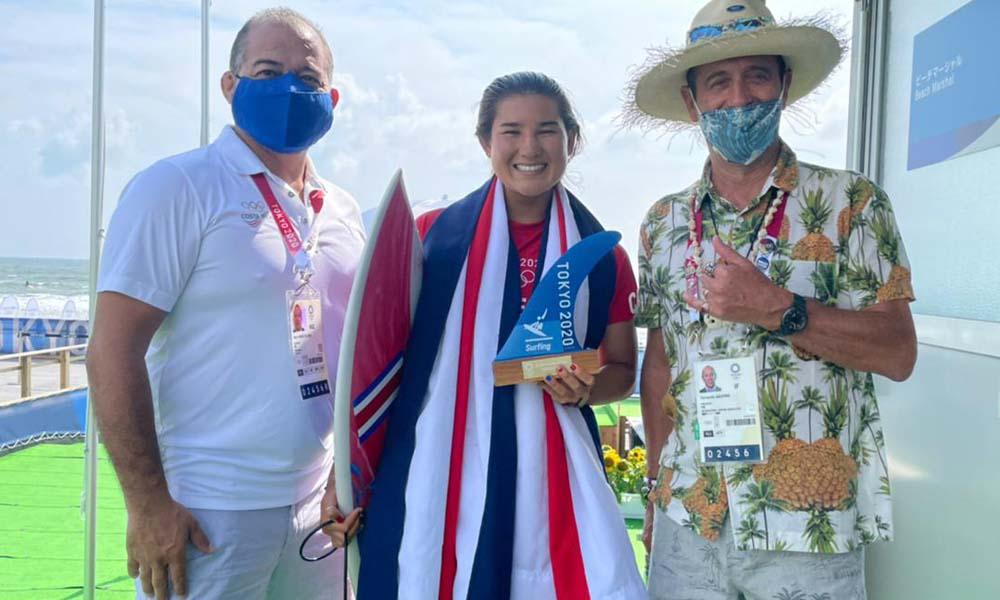 Brisa Hennessy recibió una placa por parte del presidente de la Federación Internacional de Surf, Fernando Aguirre. Foto: CON.